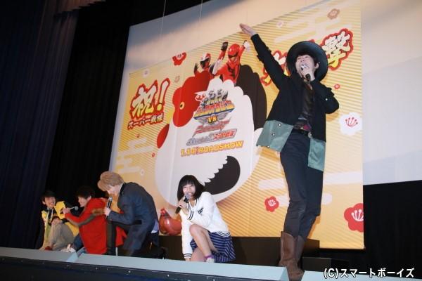 ニンニンジャーの名乗りシーン、欠席のモモニンジャーを多和田さんが担当。他の4人は笑いを堪え切れず