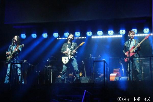 寺尾らが所属するバンド「スペシウム」。3人が生で演奏しています!