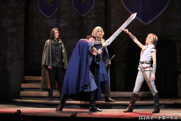 巨漢のガレンスが振り下ろす剣を受け止めたリィ