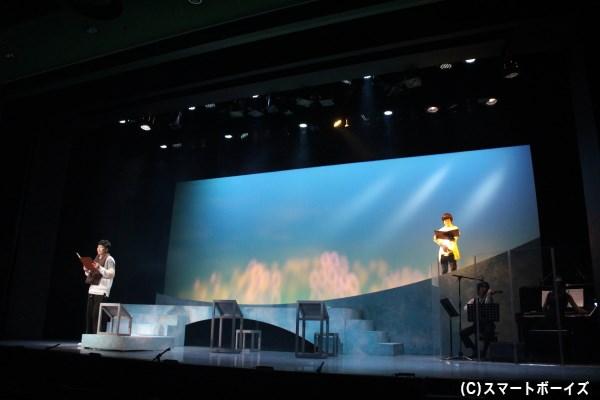 ステージ上で演奏されるピアノとヴァイオリンの美しい音色が『旅猫レポート』の世界を優しく描きます