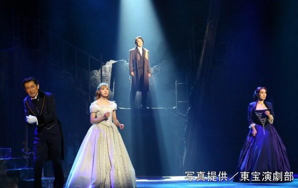 (後方中央)小西遼生さん、(前方左から)鈴木壮麻さん、音月桂さん、濱田めぐみさん