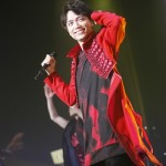 真っ赤なロングジャケット姿で登場した山崎さん