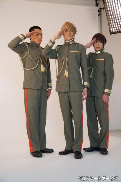 少尉3人組、本番ではサーベルも帯刀!