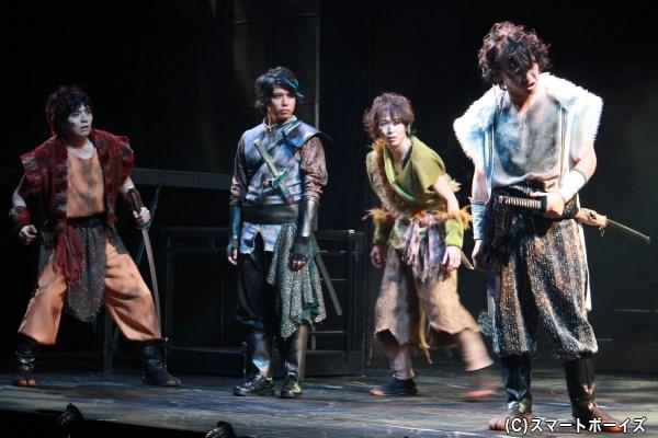 賢者の末裔と相対する鬼には、田中精さん(写真左端)、本田昂也さん(写真中央右)、來河侑希さん(写真右端)が扮します