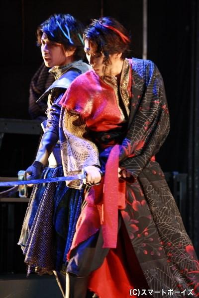 (左から)秘色役の柏木佑介さん、紅緋役の早乙女友貴さんらが殺陣でも魅せる!