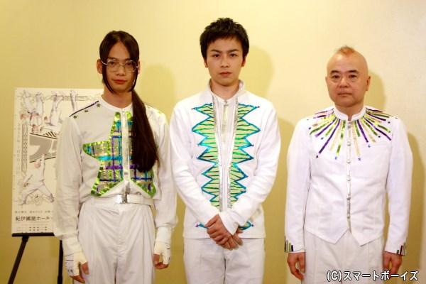 (左から)会見に登場した池田純矢さん、鈴木勝吾さん、酒井敏也さん