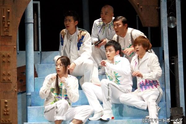 (後列左から)井澤勇貴さん、酒井敏也さん、オラキオさん、 (前列左から)池田純矢さん、鈴木勝吾さん、赤澤燈さん