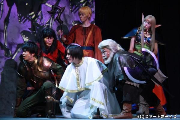 ピコさん演じる神官エト(前列中央)、深沢敦さん演じるドワーフ族のギム(前列右)ら、パーン一行は戦いの旅へ