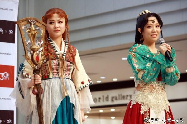 (左から)サラ役の新垣里沙さん、ファティーマ役の笠松はるさん