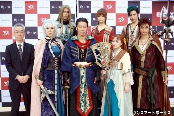 世界観監修・脚本原案の河津秋敏さん(前列左端)とキャスト陣