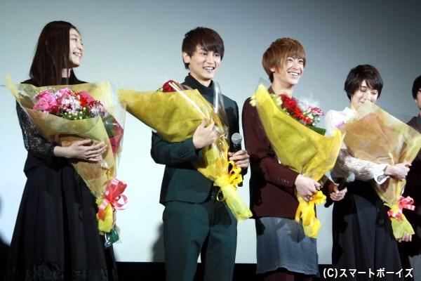 劇場からの花束贈呈サプライズに、登壇者一同笑顔がこぼれます