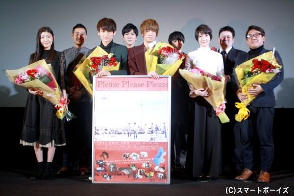 堀内監督(前列右端)とキャストが登場、映画『Please Please Please』初日舞台挨拶が開催