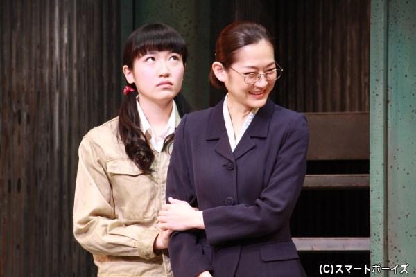 (左から)知的障がいを持つ吉岡聡美(演・前島亜美さん)が、養護学校教師の佐々木友枝(演・馬渕英里何さん)の頼みで職業体験をすることに