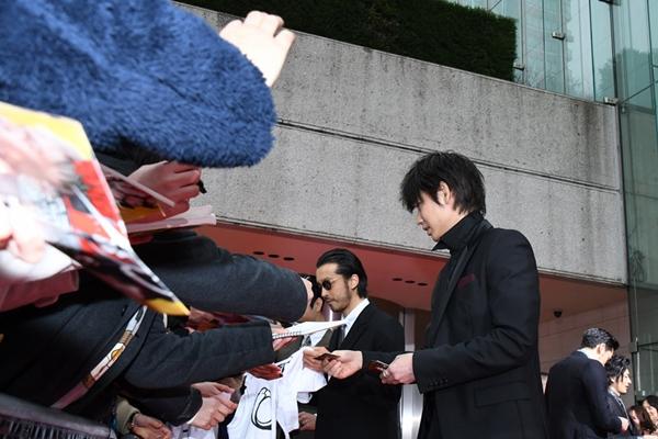 綾野さん、浅野さんらファンに名刺の手渡しやサインのサービス