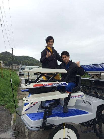 滝口さん(左)と三上さん(右) 農作業姿もサマになってます!