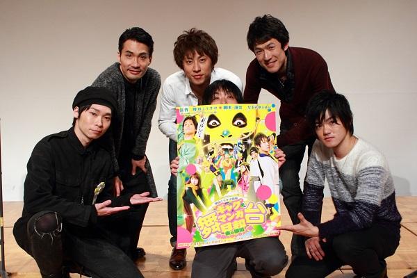(前列左より)岡田地平さん、演出・なるせゆうせいさん、長江崚行さん (後列左より)阿部丈二さん、小笠原健さん、西山丈也さん