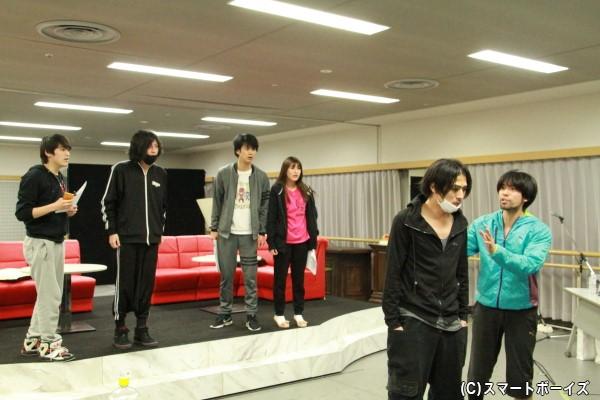 劇団バズーカのメンバー(左から中村嘉惟人さん、斉藤秀翼さん、馬場良馬さん、森高愛さん、丸山敦史さん)、そして劇団をサポートする青木(金城大和さん)が集結!