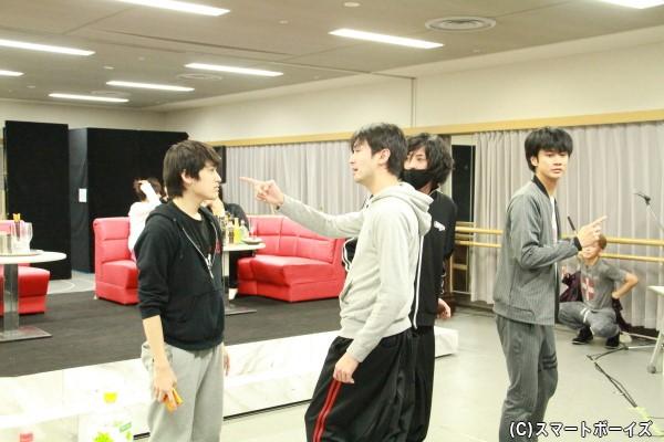原役の聡太郎さん(左より2人目)。トレードマークのヒゲを剃っていますが、果たして……