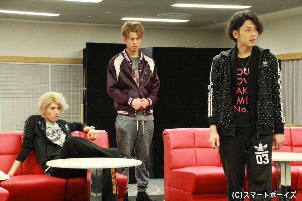 ホストハウス「JEWEL」で働くホストを演じる新キャストの3人(左から林剛史さん、平牧仁さん、富田翔さん)