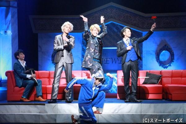 青木(金城さん)が「JEWEL」で働く蒼(富田翔さん)、藍(林剛史さん)、瑠璃(平牧仁さん)を連れて、「劇団ブルース」を結成