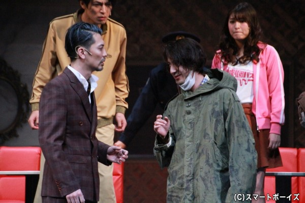 「JEWEL」オーナーの白銀(窪寺昭さん)と謎の男・尾藤(松本寛也さん)。過去に起こった事件との関連性はあるのか?