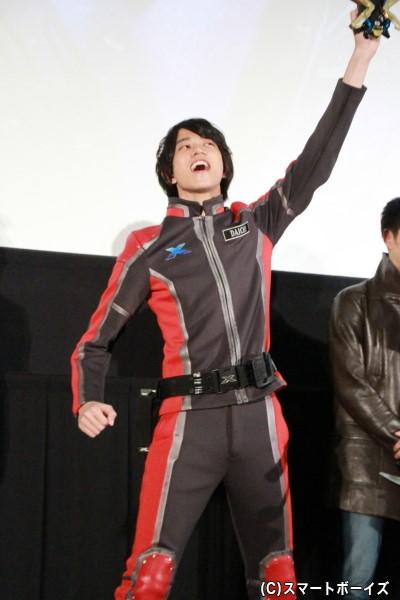 高橋さんも負けじと「エックス!」と叫んで変身!