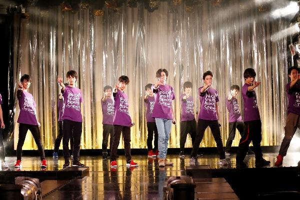 紫のお揃いTシャツ姿で、歌にダンスにトークと全力のパフォーマンスを披露!