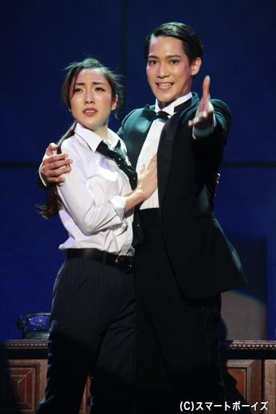 (写真左)木村伝兵衛の恋人の婦人警官・水野朋子役の文音さん