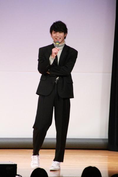 第一部では黒のスーツにライトグレーのタートルネックの衣装で登場
