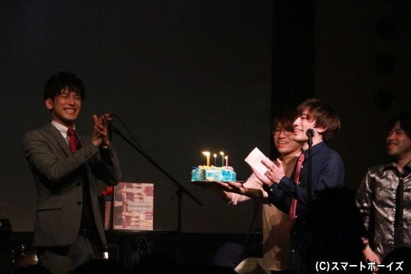 バンドメンバーからも結成2周年記念のサプライズケーキが!