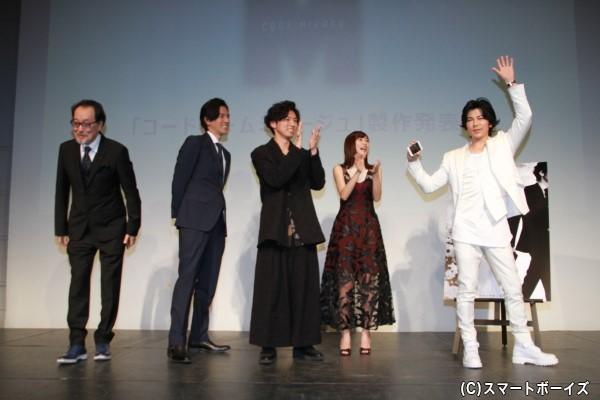 フォトセッション後、武田さんのリクエストで、会見が盛り上がっている場面を自らのスマホで動画撮影