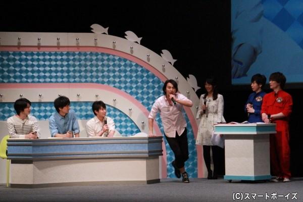 本番直後のハプニングを再現する藤田さん