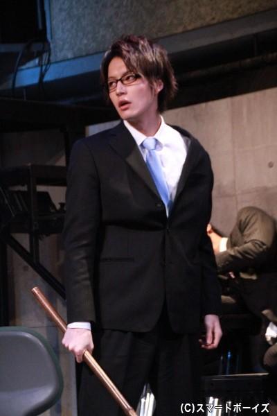 松田さん演じる北里は、真面目で花形の役職に就こうと願う新人社員で、ビジネスツールは《ほうき》