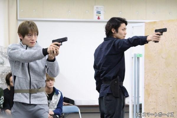 明智小五郎役の鯨井康介さん(右)と宮西琢巳役の山口大地さん(左)