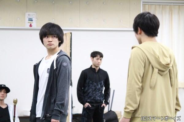 小林芳雄役の鳥越裕貴さん(左)とルイト役の輝山立さん(右)