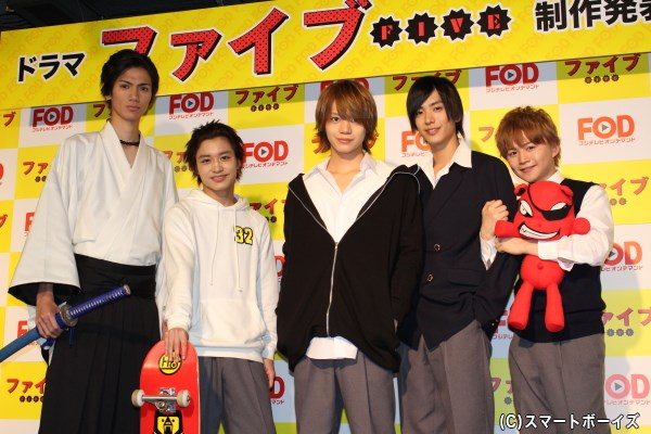 (写真左より)根岸拓哉さん、松岡広大さん、佐藤流司さん、黒羽麻璃央さん、西井幸人さん
