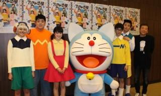 (写真左より) 佃井皆美さん、皇希さん、樋口日奈さん、ドラえもん、小越勇輝さん、陳内将さん、脚本・演出:鴻上尚史さん