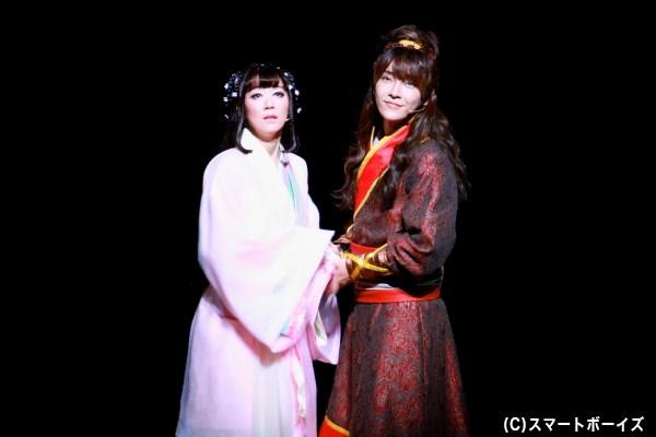 結婚を翌日に控え、幸せの絶頂にいる虞(左・凰稀かなめさん)と劉邦(右・ユナクさん)