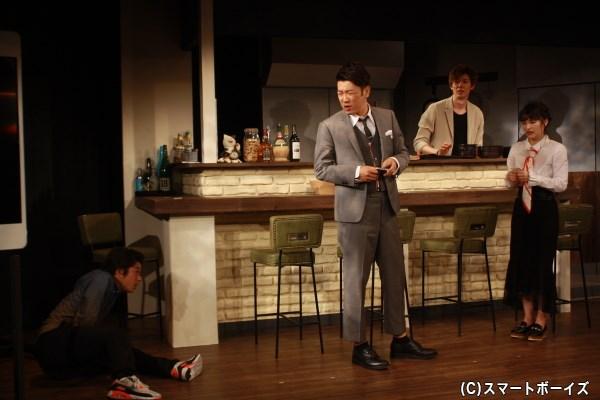 カズヤの父(写真中央・木本武宏さん)から店を与えられ、3人は再スタート