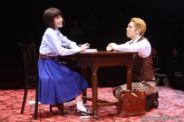 本宮華(左・奥菜恵さん)は、結婚式前夜にホテルで両親への手紙を書き始める