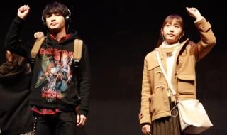 小山秀吉(左・松本岳さん)は山形彩葉(右・多田愛佳さん)と出会い、2人は恋人に