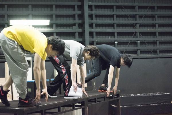 飛び込みの迫力は舞台でも変わらず! 緊迫感溢れるスタートは必見