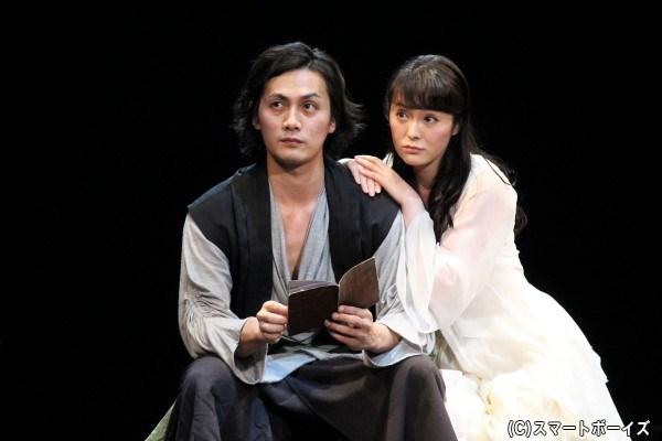 オフィーリア(右・貫地谷しほりさん)は恋人・ハムレットの変貌に戸惑う