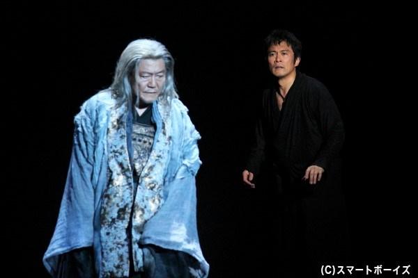 亡き父の亡霊(左・國村隼さん)の告発に復讐を誓い、ハムレット(右・内野聖陽さん)は狂気を演じる