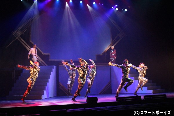 アンサンブルによる力強いダンスがシーンを盛り上げます!