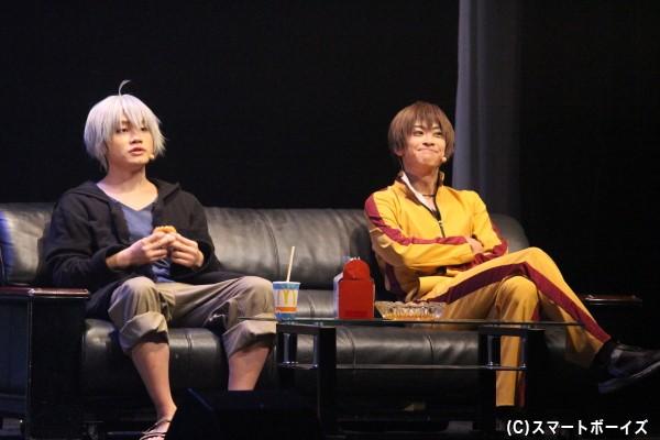 「死にたい」が口癖の死ねない宿命の少年・小林芳雄(写真左/鳥越裕貴)と、正義感の塊・花崎健介(写真右/赤澤燈)は名コンビ