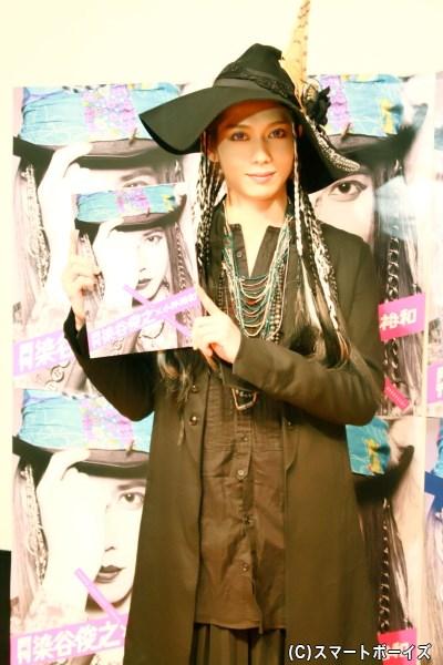 染谷俊之さんが、写真集の中でもお気に入りのロックファッションで登場!