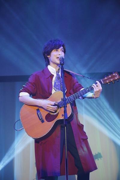 力強い歌声で観客を魅了