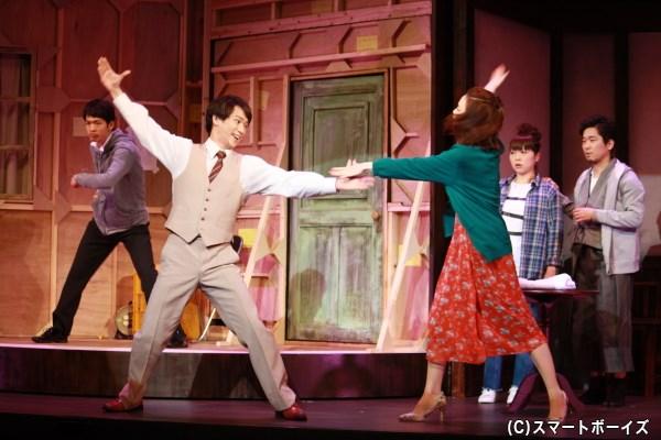 劇団員たちは仲間の結婚を祝い、公演直前にフラッシュモブを決行!