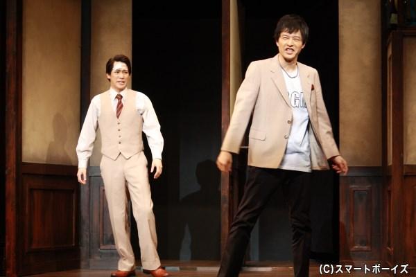 裏方スタッフのはずの鳥場(右・伊藤裕一さん)が、なぜか舞台上に!